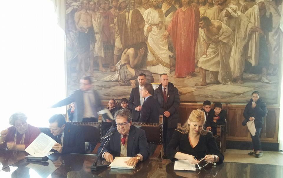 Il Sindaco Enzo Bianco legge ai presenti il decreto di istituzione degli Istituti Omnicomprensivi