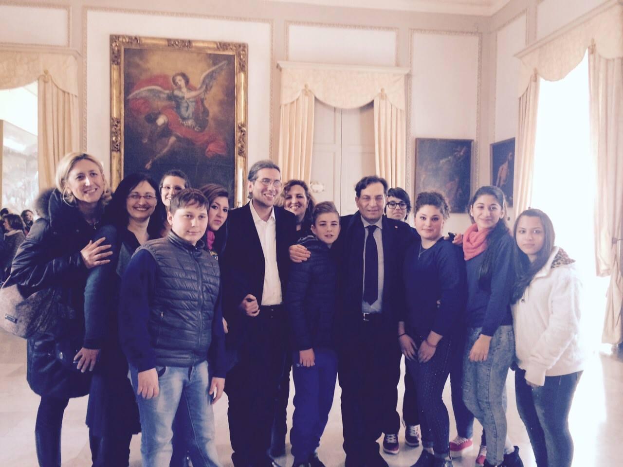 Il dirigente, i docenti e gli alunni della Pestalozzi con il Presidente Crocetta