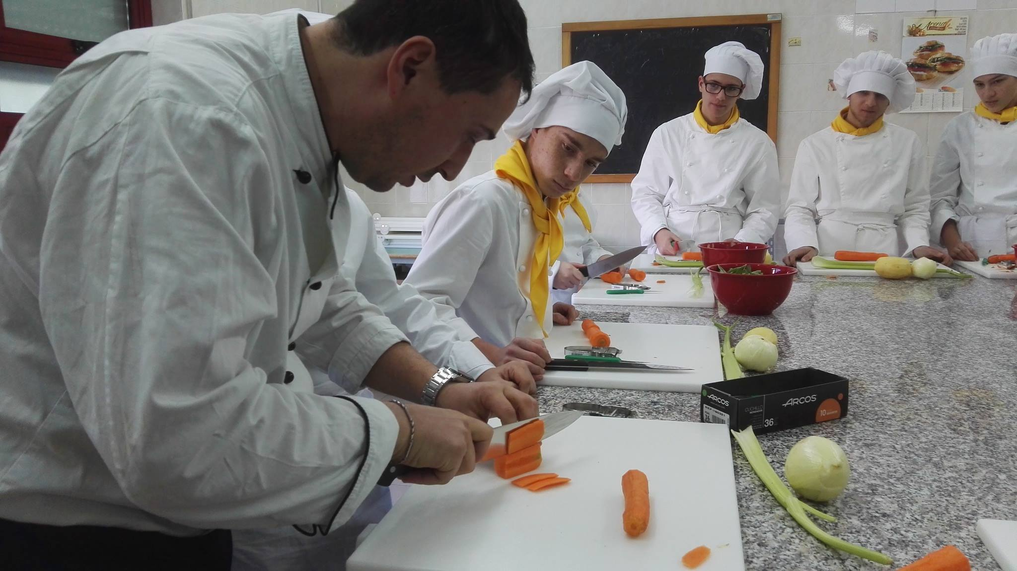Lezione in laboratorio di cucina